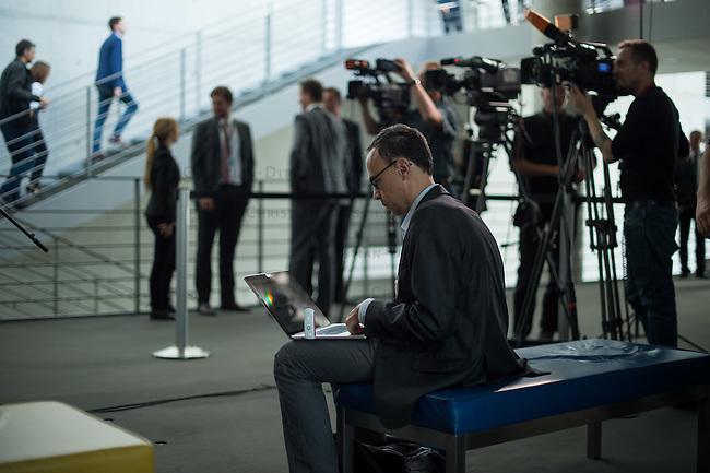 58. Sitzung des 1. NSA-Untersuchungsausschuss am Donnerstag den 10. September 2015. Am ersten Sitzungstag nach der Sommerpause waren anonyme Zeugen des Bundesnachrichtendienst BND sowie ein Mitarbeiter der US-Firma Verizon als Zeugen geladen. <br /> Im Bild: Ein Journalist schreibt vor dem Sitzungssaaal auf seinem Laptop.<br /> 10.9.2015, Berlin<br /> Copyright: Christian-Ditsch.de<br /> [Inhaltsveraendernde Manipulation des Fotos nur nach ausdruecklicher Genehmigung des Fotografen. Vereinbarungen ueber Abtretung von Persoenlichkeitsrechten/Model Release der abgebildeten Person/Personen liegen nicht vor. NO MODEL RELEASE! Nur fuer Redaktionelle Zwecke. Don't publish without copyright Christian-Ditsch.de, Veroeffentlichung nur mit Fotografennennung, sowie gegen Honorar, MwSt. und Beleg. Konto: I N G - D i B a, IBAN DE58500105175400192269, BIC INGDDEFFXXX, Kontakt: post@christian-ditsch.de<br /> Bei der Bearbeitung der Dateiinformationen darf die Urheberkennzeichnung in den EXIF- und  IPTC-Daten nicht entfernt werden, diese sind in digitalen Medien nach §95c UrhG rechtlich geschuetzt. Der Urhebervermerk wird gemaess §13 UrhG verlangt.]