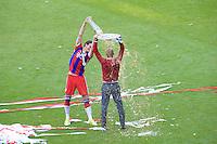 Pep Guardiola (de costa) e Daniel Van Buyten do Bayern de Munique comemora a conquista do título depois de vencer o Stuttgart, no jogo final da temporada do Campeonato de Futebol Alemão, realizado no Allianz Arena, em Munique, no sul da Alemanha, neste sábado. (Foto: Christian Kolb / Pixathlon / Brazil Photo Press).