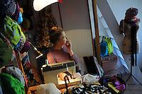 Artigiani a San Lorenzo , quartiere storico di Roma..Craftsmen in San Lorenzo, historic district of Rome. .Christina Herup, modista danese, mentre prepara i cappelli con stoffe riciclate..Christina Herup, danish milliner, while preparing the hats with recycled fabrics..
