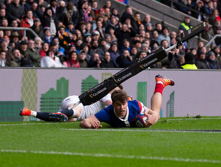 France's Damian Penaud scores his sides first try<br /> <br /> Photographer Bob Bradford/CameraSport<br /> <br /> Guinness Six Nations Championship - England v France - Sunday 10th February 2019 - Twickenham Stadium - London<br /> <br /> World Copyright © 2019 CameraSport. All rights reserved. 43 Linden Ave. Countesthorpe. Leicester. England. LE8 5PG - Tel: +44 (0) 116 277 4147 - admin@camerasport.com - www.camerasport.com