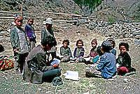 Crianças em aula ao ar livre em Dolpo, Nepal. 1990. Foto de Stefan Kolumban.