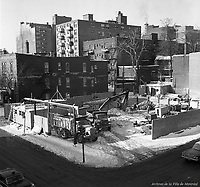Creusement de la station de métro Guy, située entre les rues Saint-Luc et Saint-Mathieu. Janvier 1963. . Archives de la Ville de Montréal.