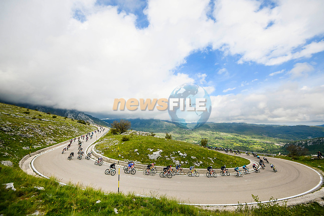 The peloton descend during Stage 8 of the 2021 Giro d'Italia, running 170km from Foggia to Guardia Sanframondi, Italy. 15th May 2021.  <br /> Picture: LaPresse/Gian Mattia D'Alberto | Cyclefile<br /> <br /> All photos usage must carry mandatory copyright credit (© Cyclefile | LaPresse/Gian Mattia D'Alberto)