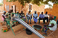 BURKINA FASO Kaya, diocese bank gives micro loan for income generation, women group with weaving loom and Soumbala spice production / BURKINA FASO Kaya, Bank der Dioezese Kaya vergibt Mikrokredite fuer Kleinunternehmer zur Einkommensfoerderung, Frauen Kreditgruppe (Webstuehle, Soumbala-Gewuerze)