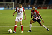 BARRANQUILLA - COLOMBIA, 27-03-2021: Fredy Hinestroza de Atletico Junior y Daniel Giraldo de Independiente Santa Fe disputan el balon durante partido entre Atletico Junior e Independiente Santa Fe de la fecha 15 por la Liga BetPlay DIMAYOR I 2021 jugado en el estadio Metropolitano Roberto Melendez de la ciudad de Barranquilla. / Fredy Hinestroza of Atletico Junior and Daniel Giraldo of Independiente Santa Fe battle for the ball during a match between Atletico Junior and Independiente Santa Fe of the 15th date for BetPlay DIMAYOR I 2021 League played at the Metropolitano Roberto Melendez Stadium in Barranquilla city. / Photo: VizzorImage / Jairo Cassiani / Cont.
