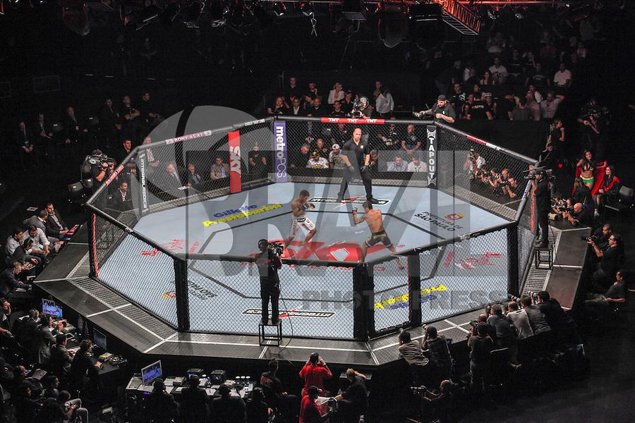 SAO PAULO, SP, 19 DE JANEIRO 2013 - UFC SAO PAULO - Lutadores Nik Lentz - USA (azul)  vs Diego Nunes - BRA (vermelho) peso pena durante UFC (Ultimate Fighting Champion) no Ginasio do Ibirapuera na noite deste sabado 19,regiao sul da cidade de Sao Paulo. FOTO: VANESSA CARVALHO - BRAZIL PHOTO PRESS.