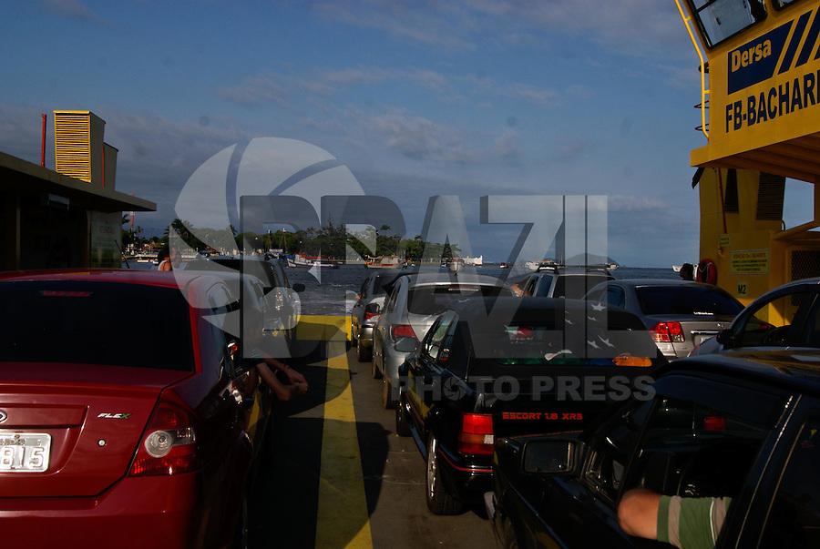 BERTIOGA, SP, 04 DE JANEIRO 2012 – BERTIOGA BALSA - Motoristas entrenfam fila para fazer a travessia pela Balsa Guaruja-Bertioga, neste fim de tarde.FOTO: DEBBY OLIVEIRA - NEWS FREE