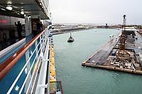 Costa Deliziosa am Kreuzfahrtterminal an der Lagunenstadt von Venedig, das 2018 geschlossen wird wegen dem Neubau eines Kreuzfahrthafens auf dem Festland - 26.11.2017: Hafeneinfahrt Venedig mit der Costa Deliziosa