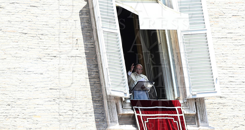 Papa Francesco recita l'Angelus domenicale affacciato su piazza San Pietro dalla finestra del suo studio. Citta' del Vaticano, 29 giugno 2018.<br /> Pope Francis recites the Sunday Angelus noon prayer from the window of his studio overlooking St. Peter's Square, at the Vatican, on Vatican, on June 29, 2018.<br /> UPDATE IMAGES PRESS/Isabella Bonotto<br /> <br /> STRICTLY ONLY FOR EDITORIAL USE