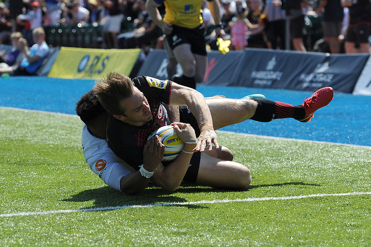 Chris Wyles of Saracens scores a try despite the efforts of Juan De Jongh of Wasps during the Aviva Premiership Rugby semi final match between Saracens and Wasps at Allianz Park on Saturday 19th May 2018 (Photo by Rob Munro/Stewart Communications)