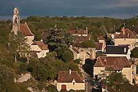Europe/Europe/France/Midi-Pyrénées/46/Lot/Rocamadour: L'Hospitalet  le village sur le bord de la falaise de Rocamadour avec sa chapelle Romane