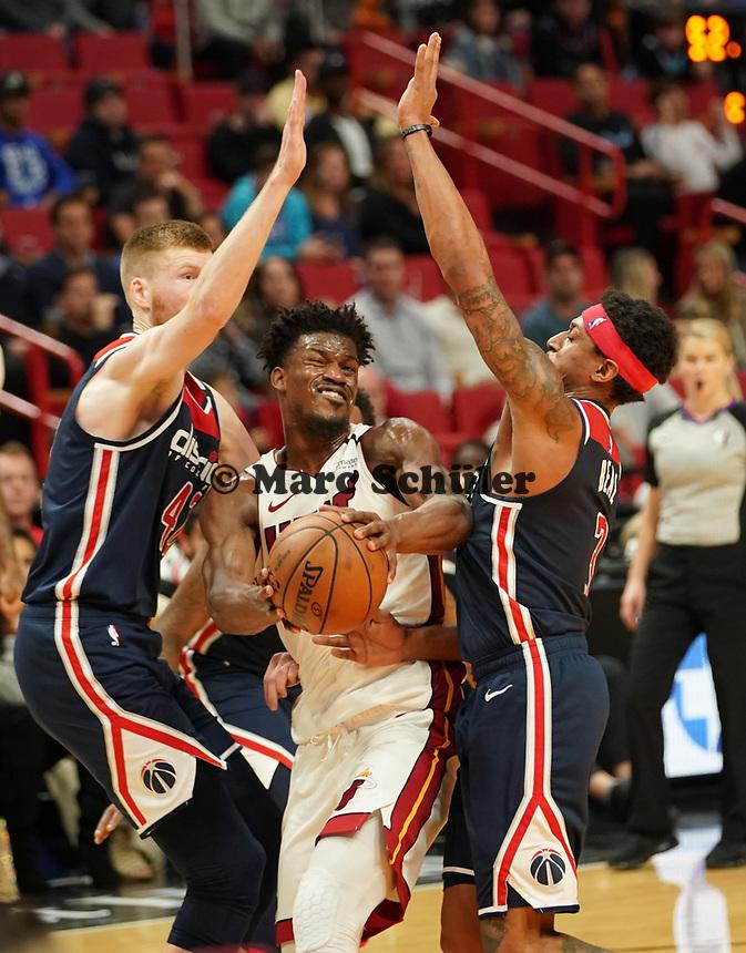 Jimmy Butler (G/F Miami Heat, #22) zwischen David Bertans (F, Washington Wizards, #42) und Bradley Beal (G, Washington Wizards, #3) - 22.01.2020: Miami Heat vs. Washington Wizards, American Airlines Arena