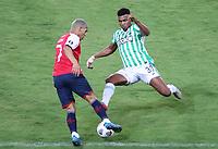 PEREIRA - COLOMBIA, 12-05-2021: Danovis Banguero de Nacional (COL) y Alexis Ocampo de Nacional (URU) durante partido del grupo F fecha 4 entre Atletico Nacional (COL) y Club Nacional de Futbol (URU) por la Copa CONMEBOL Libertadores 2021 en el estadio Hernan Ramirez Villegas de la ciudad de Pereira. /  Danovis Banguero of Nacional (COL) and Alexis Ocampo of Nacional (URU) during a match of the group F for the group phase, 4th date between between Atletico Nacional (COL) and Club Nacional de Futbol (URU) for the Copa CONMEBOL Libertadores 2021 at the Hernan Ramirez Villegas stadium in Pereira city. / Photo: VizzorImage / Pablo Bohorquez / Cont.