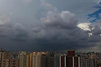 FOTO EMBARGADA PARA VEICULOS INTERNACIONAIS. SÃO PAULO, SP, 30/12/2012. Nuvens carregadas se aproximam de São Paulo na tarde desse Domingo (30). Luiz Guarnieri/ Brazil Photo Press
