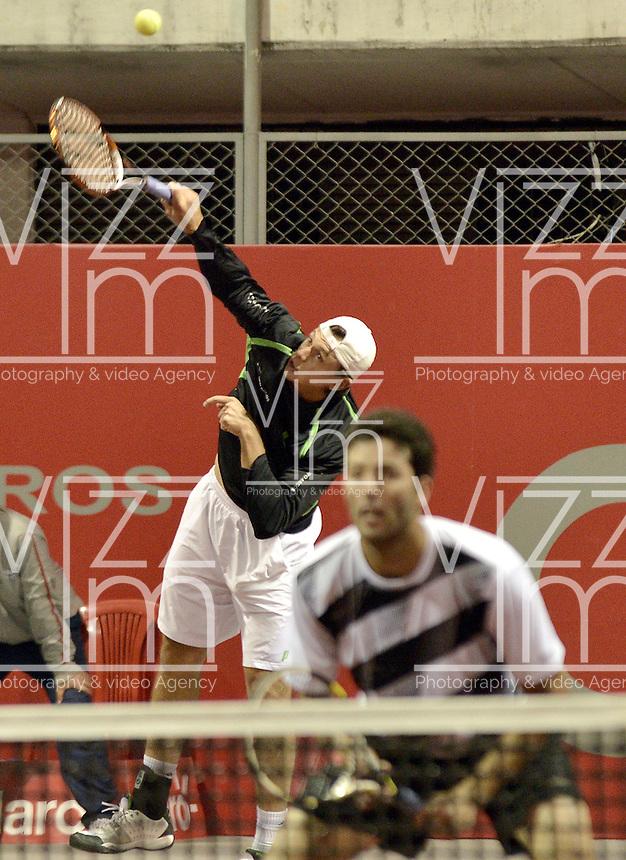 BOGOTÁ -COLOMBIA. 17-07-2013. Alejandro González (atrás) (COL)/Carlos Salamanca (COL)  durante el juego contra James Cerretani (USA)/Chris Guccione (AUS) en dobles en la segunda ronda del ATP Claro Open Colombia 2013 en el centro de Alto Rendimiento en la ciudad de Bogotá./ Alejandro Gonzalez (Back) (COL)/ Carlos Salamanca (COL)  during match against James Cerretani (USA)/ Chris Guccione (AUS) on the second round of the ATP Claro OAlto Rendimiento in Bogota city. Photo: VizzorImage / Str