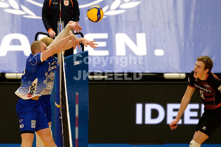 30-01-2021: Volleybal: Amysoft Lycurgus v Talentteam Papendal: Groningen TT Papendal speler Martijn Brilhuis slaat de bal over Lycurgus blok