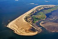 Amrum und der Kniepsand: EUROPA, DEUTSCHLAND, SCHLESWIG-HOLSTEIN, AMRUM 30.09.2010: Die Insel Amrum in der Nordsee. Dahinter Sylt und Foehr. Amrum hat eine Groesse von 20,46 km² und ist damit die zehntgroesste Insel Deutschlands. Sie gehoert neben Sylt und Foehr zu den drei nordfriesischen Geestkerninseln. Der Geestkern von Amrum ist etwa 6 km lang und ungefähr 2,5 km breit. Er wird von einer flach gewoelbten, saalekaltzeitlichen Moraene gebildet. Im Osten grenzt Amrum an das Wattenmeer.<br /> Die fuenf Orte der Insel liegen ueberwiegend im Osten der Insel – von Nord nach Sued – Norddorf auf Amrum, Nebel, Sueddorf, Steenodde und Wittduen auf Amrum. Auf dem Geestruecken findet man ausgedehnte Wald- und Heidegebiete, die im Wesentlichen einen Streifen in Nord-Sued-Richtung bilden. Der breite Kniepsand ist zur Insel eine Duenenguertel, zur Nordsee ein Sandstrand.