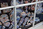 Netherlands, North Holland, Amsterdam: Delftware in shop window | Niederlande, Nordholland, Amsterdam: Schaufenster mit Souvenirs, Delter Porzellan