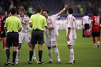 Vratislav Gresko, Gonlzales Castro und Tranquille Barnetta (alle Bayer Leverkusen) schimpfen mit den Schiedsrichtern nach Ende der Partie