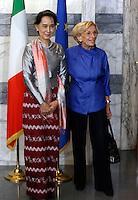 L'attivista birmana e vincitrice del Premio Nobel per la Pace Aung San Suu Kyi incontra il Ministro degli Esteri Emma Bonino, a destra, alla Farnesina, Roma, 28 ottobre 2013.<br /> Burmese opposition leader and Nobel Prize laureate Aung San Suu Kyi meets Italian Foreign Minister Emma Bonino, right, at the Farnesina Foreign Ministry headquarters in Rome, 28 October 2013.<br /> UPDATE IMAGES PRESS/Riccardo De Luca