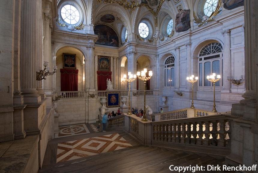 Spanien, Haupttreppe im Palacio Real (Königspalast) in Madrid