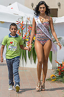 MANIZALES-COLOMBIA. 07-01-2016: Desfile en estido de baño de las candidatas al Reinado del Café con niños de la Fundación Pequeño Corazón como parte de la versión número 60 de La Feria de Manizales 2016 que se lleva a cabo entre el 2 y el 10 de enero de 2016 en la ciudad de Manizales, Colombia. / Swimsuit parade by candidates for Queen of Coffee with children Small Heart Foundation as part of the 60th version of Manizales Fair 2016 takes place between 2 and 10 January 2016 in the city of Manizales, Colombia. Photo: VizzorImage / Kevin Toro / Cont
