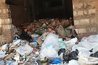 2011 Mokattam Garbage City (alla periferia del Cairo) il quartiere copto dove si vive in mezzo alla spazzatura raccolta: un uomo e una donna dividono la spazzatura.The Coptic Cairo where people lives in the middle of the garbage collection: a man and a woman sharing the garbage.