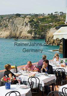 ITA, Italien, Kampanien, Ischia, vulkanische Insel im Golf von Neapel, Blick auf Sant' Angelo, Menschen im Restaurant mit Meerblick | ITA, Italy, Campania, Ischia, volcanic island at the Gulf of Naples, view at Sant' Angelo, people at restaurant with sea view