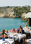 ITA, Italien, Kampanien, Ischia, vulkanische Insel im Golf von Neapel, Blick auf Sant' Angelo, Menschen im Restaurant mit Meerblick | ITA, Italy, Campania, Ischia, volcanic island at the Gulf of Naples, view at Sant' Angelo, people at restaurant with sea view