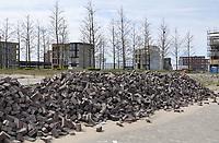 Nederland - Amsterdam- 2021.     Op het nieuw aangelegde Centrumeiland worden huizen gebouwd naar eigen ontwerp. Het wordt een van de duurzaamste ontwikkellocaties van de stad. Aaanleg van de straten.  Foto ANP / Hollandse Hoogte / Berlinda van Dam