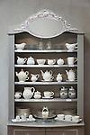 France, Provence-Alpes-Côte d'Azur, Menton: display cabinet showing vintage porcellan at warehouse Cœur D'Ambre | Frankreich, Provence-Alpes-Côte d'Azur, Menton: Buffet mit weissem Porzellan (Vintage) in der Boutique Cœur D'Ambre