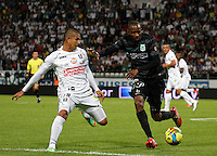 MANIZALES -COLOMBIA-22-03-2014. Cesar Arias (Izq) de Once Caldas disputa el balón con Juan David Valencia (Der) del Atletico Nacional en partido por la fecha 12 de la Liga Postobón I 2014 jugado en el estadio Palogrande de la ciudad de Manizales./ Once Caldas player Cesar Arias (L) fights for the ball with Atletico Nacional player Juan David Valencia (R) during match valid for the 12th date of the Postobon League I 2014 played at Palogrande stadium in Manizales city.  Photo: VizzorImage/Santiago Osorio/STR