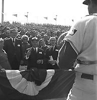 le-lancer-officiel-par-le-premier-ministre-jean-jacques bertrand au Match des Expos, le 14 avril 1969, <br /> au Parc Jarry