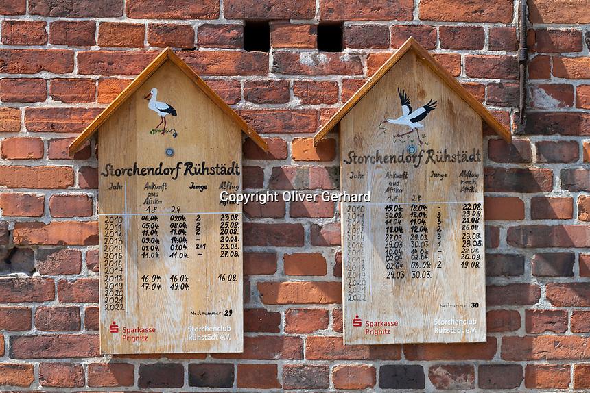 Schilder mit dem Bestand der Weißstörche (Ciconia ciconia) im Dorf Rühstädt, Europäisches Storchendorf, Prignitz, Brandenburg, Deutschland