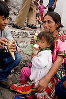 Guatemala, auf den Stufen der Kirche Santo Tomas in Chichicastenango