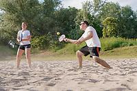 Beach Tennis wird jetzt beim FC Germania Leeheim angeboten, Maurice Murgilas (Germania Leeheim) und Viktoria Anders (Hessischer Tennisverband Sportentwicklung) spielen eine Partie - Leeheim 16.06.2021: Beach Tennis