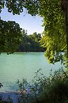 Deutschland, Oberbayern, Burghausen an der Salzach: mit der laengsten Burganlage Europas (1.051 m), der Woehrsee, ein Altwasser der Salzach, unterhalb der Burganlage | Germany, Upper Bavaria, Burghausen at river Salzach: with the longest castle of Europe (1.051 m), Lake Woehrsee below the castle