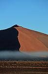 Désert du Namib. Parc national du du Namib Naukluft, lever de soleil sur les dunes de Sossusvlei. Namibie. Afrique.Namibia; Africa