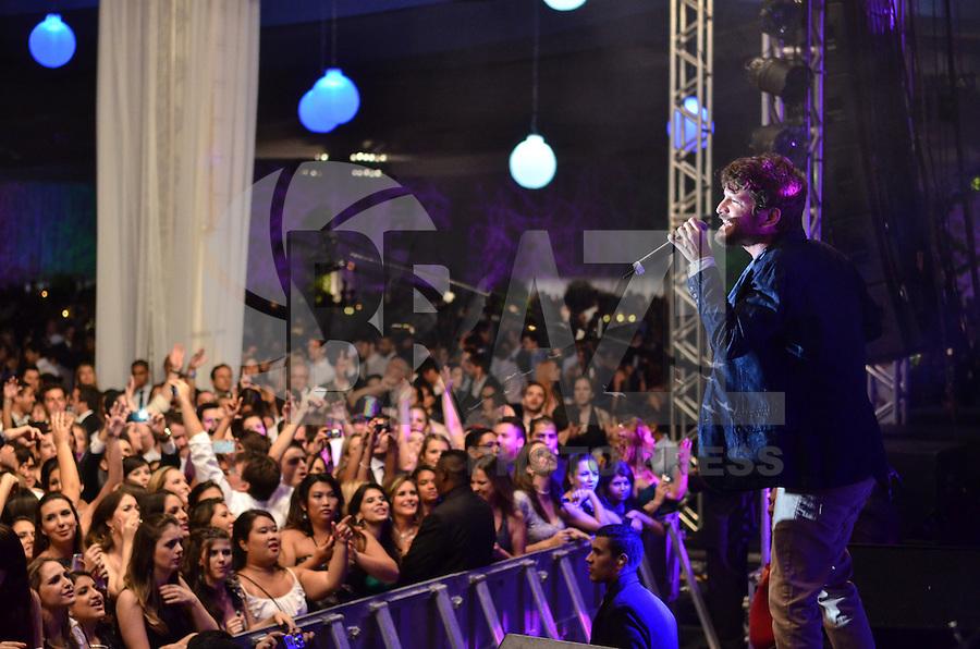SAO PAULO, SP, 19 DE JANEIRO DE 2013. - BANDA EVA EXPO CENTER NORTE - O vocalista da Banda Eva, Saulo Fernandes, durante show para formandos da Faculdade Maua, no pavilhao do Expo Center Norte, na noite deste sabado, 19, regiao norte da capital.  (FOTO: ALEXANDRE MOREIRA / BRAZIL PHOTO PRESS).