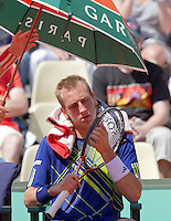 23-05-10, Tennis, France, Paris, Roland Garros, First round match, Thiemo de Bakker at changeover keeping out of the heat