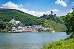 Deutschland, Rheinland-Pfalz, Moseltal, Beilstein an der Mosel mit Burg Metternich, Ausflugsschiff | Germany, Rhineland-Palatinate, Moselle Valley, Beilstein at river Moselle with castle Metternich and excursion ship