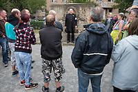 """Protest gegen Fluechtlingsunterkunft in Heidenau.<br /> Etwa 150-200 ogenannte """"besorgter Buerger"""", Hooligans und Nazis zogen am Freitag den 28. August mit einer Demonstration durch Heidenau um gegen die Fluechtlingsunterkunft in ihrer Stadt zu demonstrieren. Der Pegida-Anwalt Jens Lorek (in der Bildmitte) trat offiziell nur als Ordner auf, gab den Demonstranten aber die Anweisungen ueber Verhalten, Beginn und Ende der Demonstration.<br /> 28.8.2015, Heidenau<br /> Copyright: Christian-Ditsch.de<br /> [Inhaltsveraendernde Manipulation des Fotos nur nach ausdruecklicher Genehmigung des Fotografen. Vereinbarungen ueber Abtretung von Persoenlichkeitsrechten/Model Release der abgebildeten Person/Personen liegen nicht vor. NO MODEL RELEASE! Nur fuer Redaktionelle Zwecke. Don't publish without copyright Christian-Ditsch.de, Veroeffentlichung nur mit Fotografennennung, sowie gegen Honorar, MwSt. und Beleg. Konto: I N G - D i B a, IBAN DE58500105175400192269, BIC INGDDEFFXXX, Kontakt: post@christian-ditsch.de<br /> Bei der Bearbeitung der Dateiinformationen darf die Urheberkennzeichnung in den EXIF- und  IPTC-Daten nicht entfernt werden, diese sind in digitalen Medien nach §95c UrhG rechtlich geschuetzt. Der Urhebervermerk wird gemaess §13 UrhG verlangt.]"""