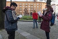 """Etwa 3 dutzend Menschen versuchten am Samstag den 28. Maerz 2020 in Berlin-Mitte, trotz einem allgemeinen Versammlungsverbot durch die Behoerden sich zu einer """"Hygienedemo"""" zu versammeln. Ihre Forderung war """"fuer unsere Verfassung, das Grundgesetz, sowie Transparenz, Pressefreiheit, Wahlen und vollstaendige Demokratie & Transparenz bei der Einsetzung neuer Wirtschaftsgesetze in Form einer """"Verfassung der Oekonomie"""".<br /> Es wurden Exemplare des Grundgesetz verteilt. Die Polizei forderte die Menschen auf sich zu zerstreuen und nach ca. 30 Minuten nahm sie von Menschen, die der Aufforderung nicht nachkamen die Personalien auf und erteilte Platzverweise.<br /> Aufgerufen zu der Aktion hatte eine Gruppe namens """"nichtohneuns.de"""".<br /> Im Bild: Personen lesen im Grundgesetz.<br /> 28.3.2020, Berlin<br /> Copyright: Christian-Ditsch.de<br /> [NUR FUER REDAKTIONELLE ZWECKE! Werbung nur auf Anfrage beim Fotografen. Inhaltsveraendernde Manipulation des Fotos nur nach ausdruecklicher Genehmigung des Fotografen. Vereinbarungen ueber Abtretung von Persoenlichkeitsrechten/Model Release der abgebildeten Person/Personen liegen nicht vor. NO MODEL RELEASE! Don't publish without copyright Christian-Ditsch.de, Veroeffentlichung nur mit Fotografennennung, sowie gegen Honorar, MwSt. und Beleg. Konto: I N G - D i B a, IBAN DE58500105175400192269, BIC INGDDEFFXXX, Kontakt: post@christian-ditsch.de<br /> Bei der Bearbeitung der Dateiinformationen darf die Urheberkennzeichnung in den EXIF- und  IPTC-Daten nicht entfernt werden, diese sind in digitalen Medien nach §95c UrhG rechtlich geschuetzt. Der Urhebervermerk wird gemaess §13 UrhG verlangt.]"""