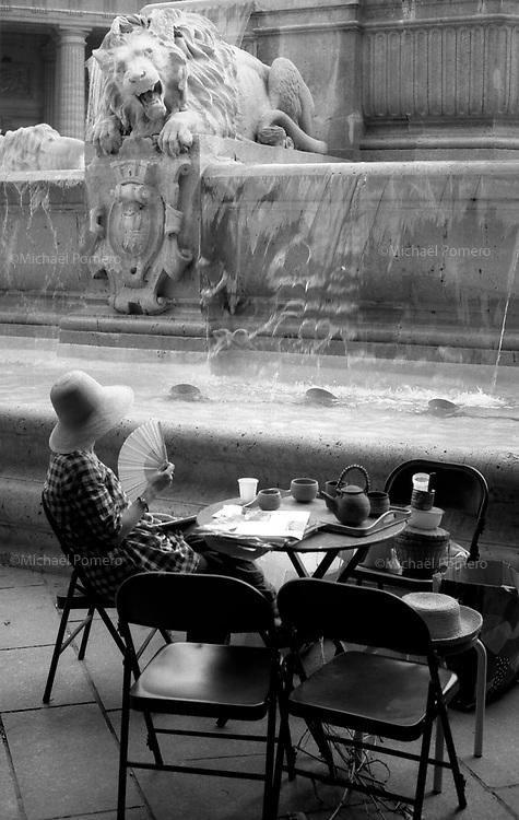 Paris (île de france)<br /> <br /> Femme devant une fontaine dans le quartier saint germain.<br /> <br /> Woman in front of a fountain in the Saint Germain district.