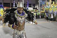 SÃO PAULO, SP, 16.02.2015  CARNAVAL 2015  SÃO PAULO  GRUPO DE ACESSO / IMPERADOR DE IPIRANGA  Integrantes da escola de samba Imperador do Ipiranga durante desfile do grupo de acesso do Carnaval de São Paulo, na madrugada desta segunda-feira, (16). (Foto: Marcos Moraes / Brazil Photo Press).