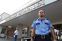NAPOLI OSPEDALE MONALDI.NELLA FOTO  UNA GUARDIA GIURATA ALL'INGRESSO DELL'OSPEDALE.FOTO CIRO DE LUCA