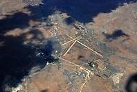 Aussenlandefeld: AFRIKA, SUEDAFRIKA, 15.12.2007: Suedafrika,  Gariep, Gariepdam, Flugplatz, Piste, Aussenlandefeld,  fliegen, Karoo, Wueste, Landebahn, Landung, Anflug, Sicherheit,  Aufwind-Luftbilder