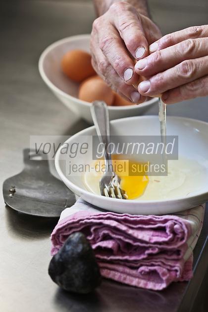 Europe/France/Aquitaine/24/Dordogne/Sorges: Préparation de l'omelette aux truffes à l'Auberge de la Truffe