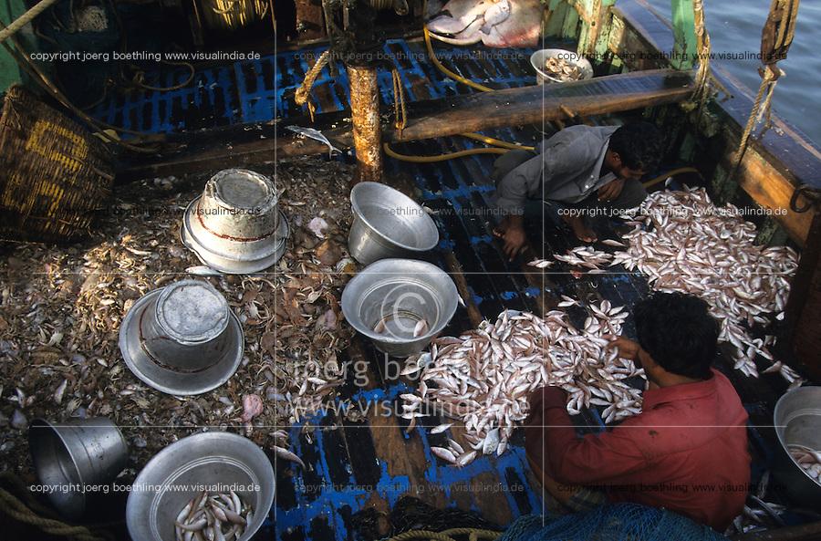 INDIA Mumbai Bombay, fisherman at fishing harbour/ INDIEN Mumbai, Fischer im Fischereihafen