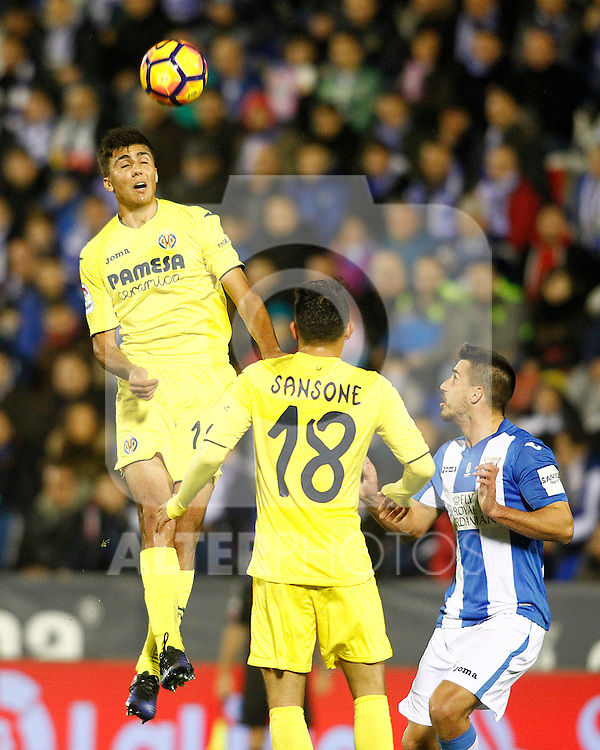 CD Leganes' Gabriel Pires (r) and Villarreal CF's Rodri Hernandez (l) and Nicola Sansone during La Liga match. December 3,2016. (ALTERPHOTOS/Acero)